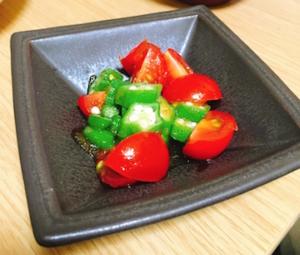 黒い小鉢にトマトとオクラのサラダを入れてみました