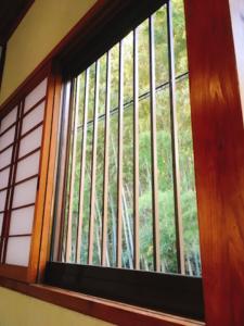 窓からは竹林が見えます
