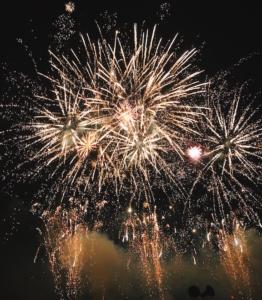 大きな花火が連発で打ち上がります