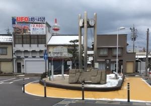 羽咋駅にある擬音の石彫オブジェ