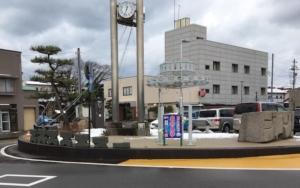 羽咋駅にある擬音の石彫オブジェ2