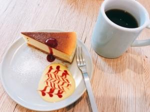 自家製チーズケーキとコーヒーの写真です