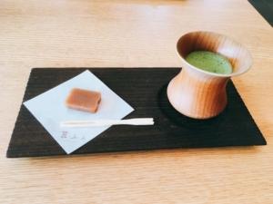 サービスの和菓子と抹茶