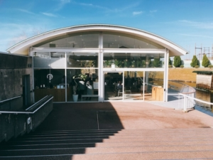 カフェキニナルと魚津埋没林博物館の入り口です