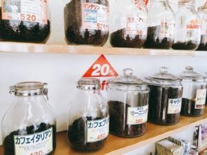 コーヒーが並ぶ店内
