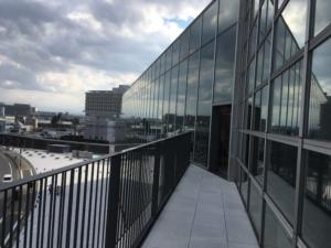 ガラス張りの外観
