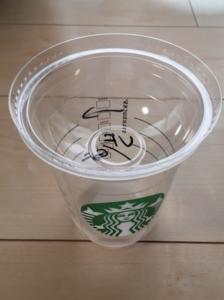 スターバックスのフラペチーノカップの蓋には穴があいています
