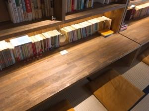 本棚が目の前にある席