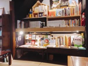 猫に関する本だらけの本棚