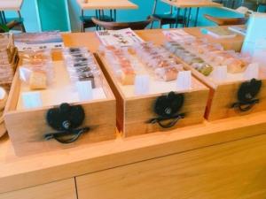 イートインスペースを隔てる棚には焼き菓子が陳列しています