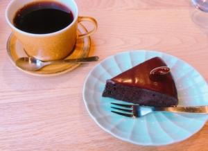 見た目には濃厚そうなチョコレートケーキです
