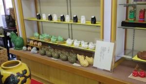 陳列棚にはたくさんのハニべ焼き商品が並んでいます