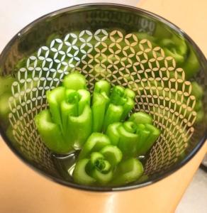 小松菜の切れ端を容器に入れます