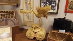 ワラで作られた鶴と亀