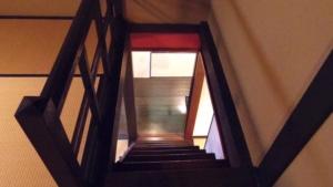 急な階段を下ります