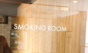 喫煙席の入り口