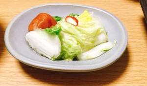 淡い水色の小皿には自家製の白菜の浅漬けと梅干しを入れてみました