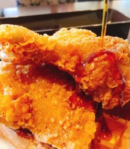 チキンにメープルシロップをかけます