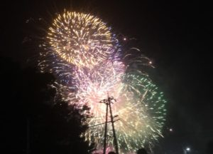 カラフルな花火が連発で上がります
