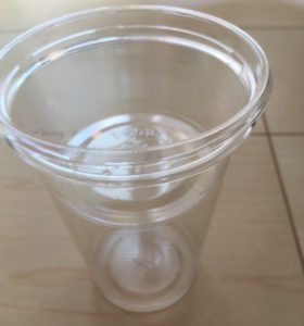 プラカップにクリアカップを重ねます