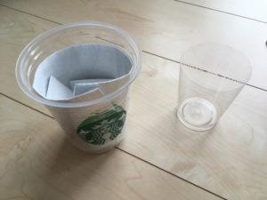 上部をカットしたカップとスタバカップを用意します