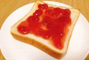 ジャムをたっぷり乗せたトーストです