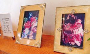 お花やアクセサリーのように見える芸術的な写真が飾られています