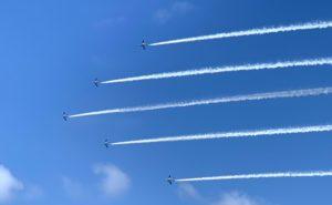 空高く飛ぶブルーインパルス