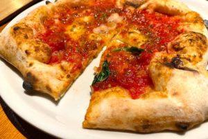 フォークとナイフで切ったピザ