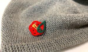 グレーの帽子にも合う赤椿