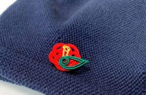 ネイビーの帽子にも合う赤椿