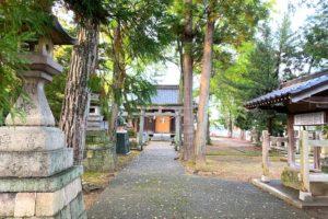 布市神社の境内