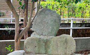 抱えるほどのサイズの弁慶の力石