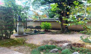八田與一の胸像がある庭
