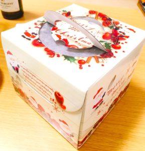 クリスマスケーキの入った箱