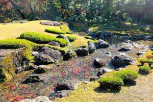 庭園に流れる川