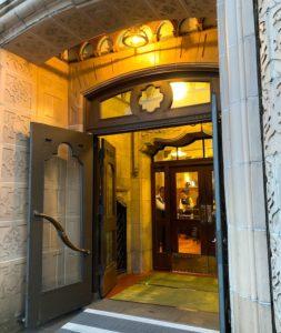 東華菜館の入り口