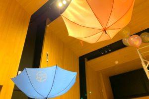 天井からぶらさがるのっティのイラストが入った傘