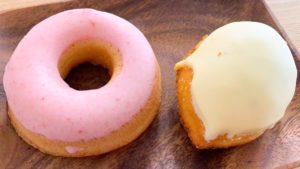 包装をむいたレモンケーキと焼きドーナツ
