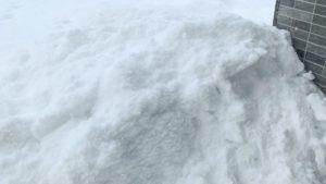 積み上げられる雪