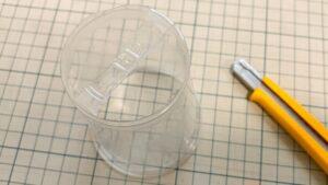 プラスチックカップの底を切る