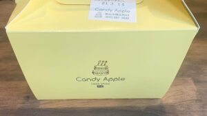 ロゴ入りの黄色くて可愛いケーキの箱