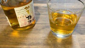 グラスに注ぐ梅酒