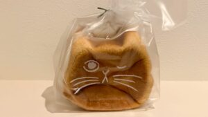 食パンにウインク猫ちゃんの顔